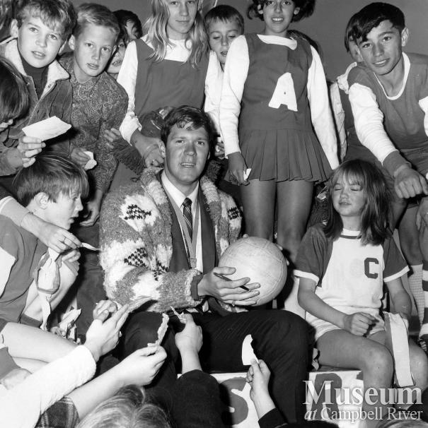 Olympic swimmer Ralph Hutton with his fans