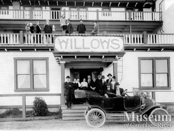 Thulin family car in front of the third Willows Hotel